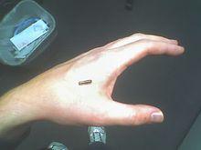 Mano izquierda de Amal Graafstra con la situación planeada del chip RFID. Fuente: Wikimedia.