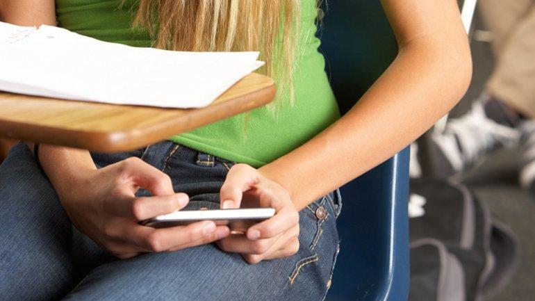 Para cuestiones pedagógicas, habilitan el uso de celulares en las escuelas bonaerenses