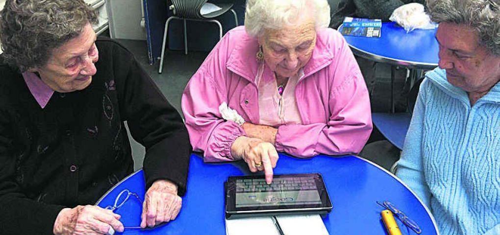 Renuevan el programa para entregar tablets a adultos mayores