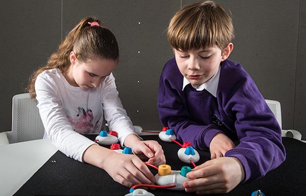 Microsoft diseña juguetes para enseñar a programar a chicos no videntes