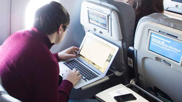 Estados Unidos evalúa prohibir las notebooks en los aviones