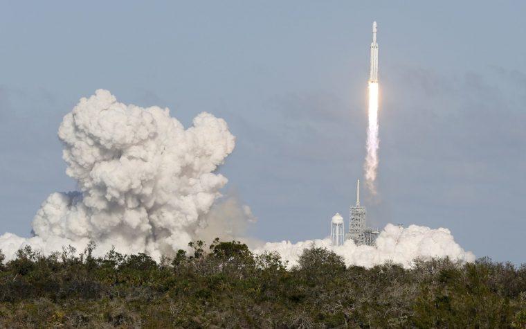 SpaceX lanzó con éxito el cohete más poderoso al espacio