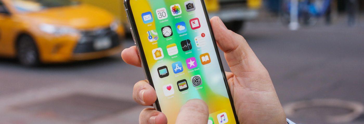 Apple vendió menos teléfonos y marcó récord de facturación